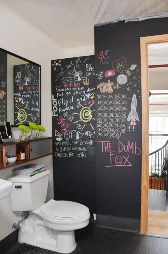 banheiro com parede pitnada