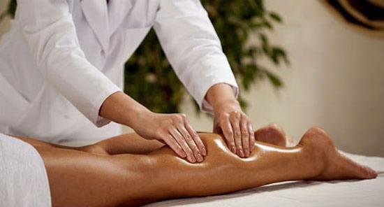 massageando as pernas