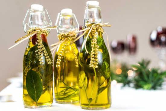 garrafas de azeite de ervas