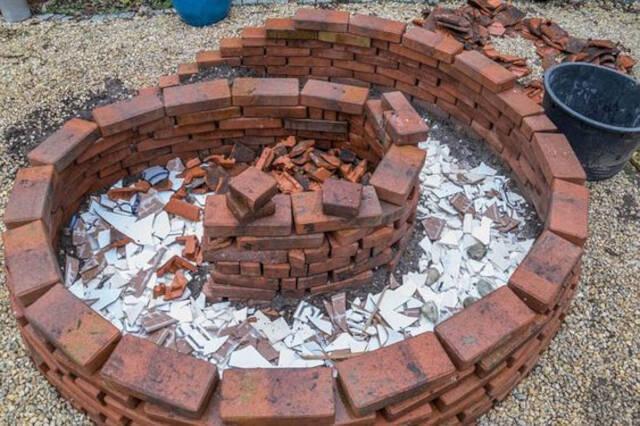 canteiro com cacos de telha para escoar água