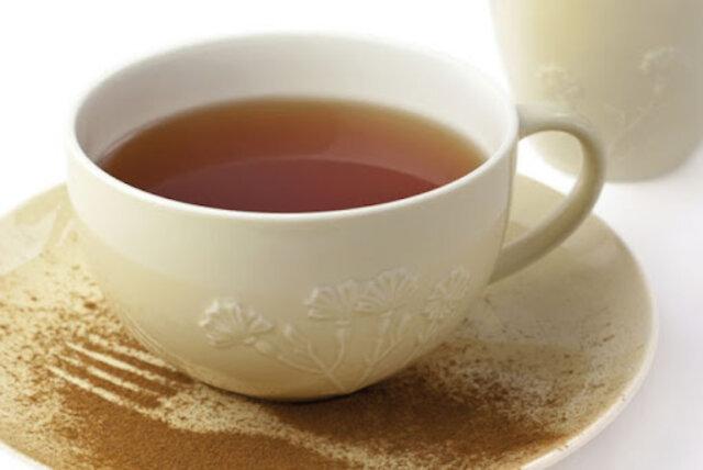 Chá de guaraná servido com pó de guaraná no pires