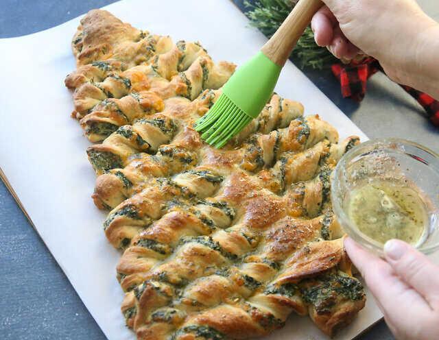 pão de árvore de natal com molho pesto